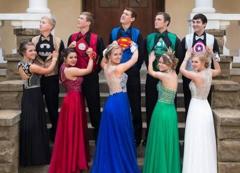بالصور| شباب يرتدون زي الأبطال الخارقين في حفل تخرجهم