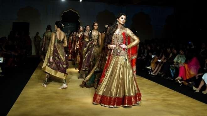 بالصور| سونام كابور ونرجس فخري يشاركان في عرض أزياء أشيما ولينا
