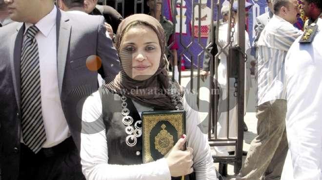 «نهلة» تقف على عتبة الأزهر لتهدى مرسى مصحفا ورسالة «عايزة أتجوز»
