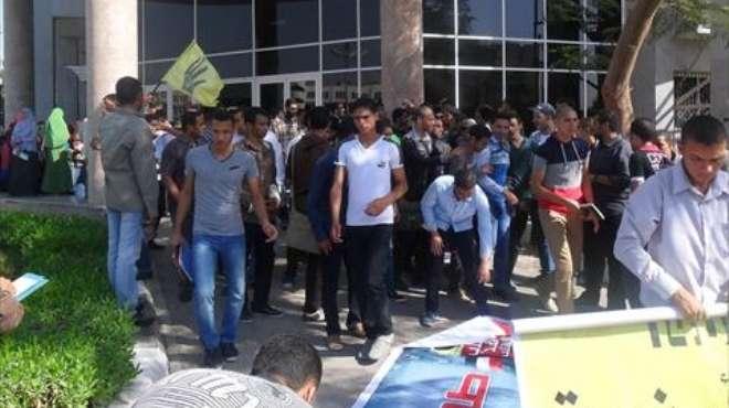 مدرعات تابعة لقوات الشرطة تطارد طلاب الإخوان داخل جامعة الفيوم
