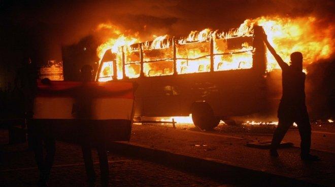 المتظاهرون يضرمون النار في أوتوبيس ويحطمون سيارة مطافي في محيط